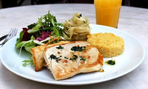 Ovo menu executivo do Octavio Café traz opções para o cliente elaborar seu prato