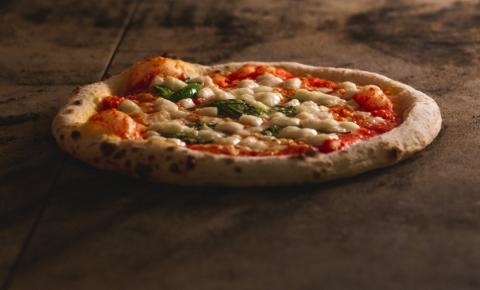 Pizzaiolo ensina fazer a clássica pizza Marguerita napolitana