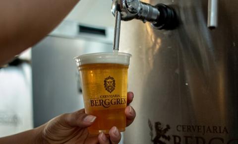 Com pandemia, cresce procura por métodos de fabricação de cerveja em casa, e marcas apostam em cursos que ensinam como preparar a bebida