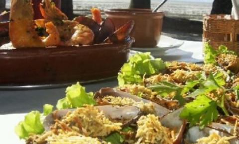 Restaurante O Farol, do Guarujá: pé na areia e tradição há mais de 15 anos